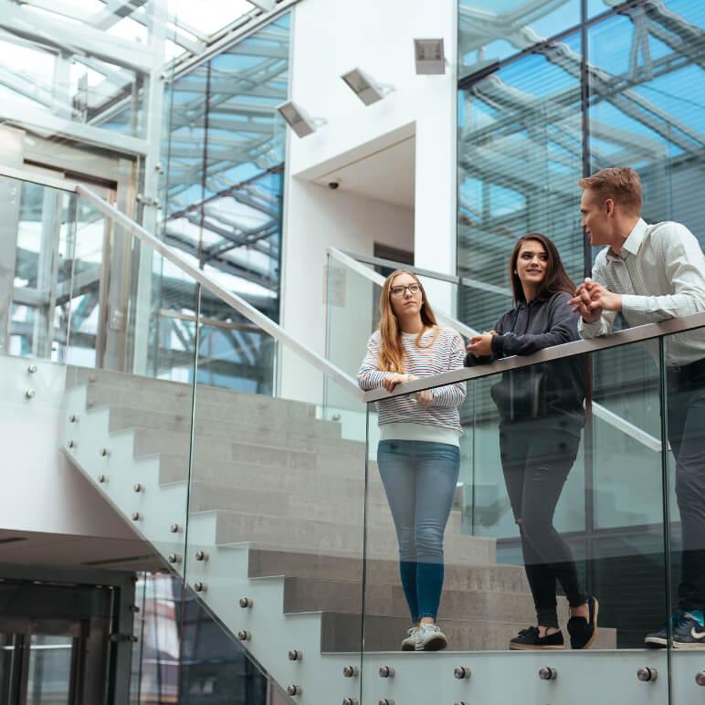 Studenci naklatce schodowej