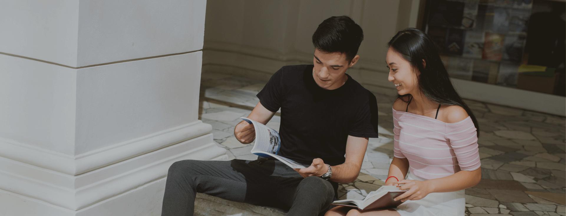 Studenci przeglądający broszurę